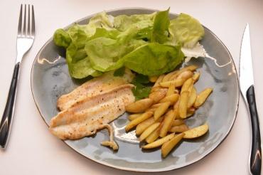 zeetong met salade en ovengebakken frietjes