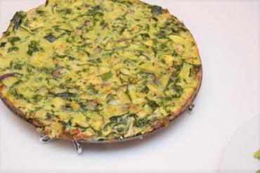 bodemloze quiche met spinazie, prei en courgette